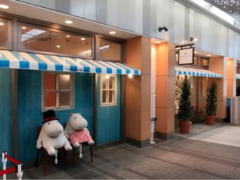 東武スカイツリーラインの「とうきょうスカイツリー駅」を出てすぐの通路沿いにある「ムーミンカフェ」。  青と白の庇(ひさし)とベンチに座るムーミンたちが目印です。