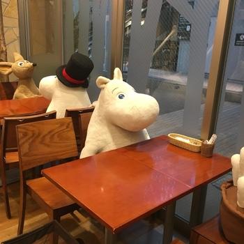 店内に案内されると、ムーミンや仲間たちがお待ちかね。一緒にお食事やお茶を楽しむことができるんです。  フィンランドにある「ムーミンハウス」がテーマの店内。ぬくもりのある北欧インテリアにフィンランドの雑貨がさりげなく置かれていて、居心地の良い空間に。