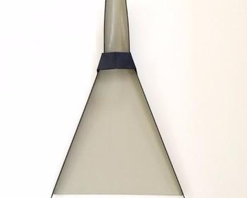 前出の「三角ホウキ」にぴったり。ガルバリウム鋼板の三角ちりとりは、金物加工のメッカ・新潟県三条市の板金職人さんの仕事です。