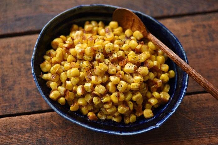 お祭りの屋台で食べる「焼きとうもろこし」をもっと食べたい!と思っている方に、ぜひおすすめなのがこちらのレシピ。  芯から実を外しているので食べやすいのがうれしいですね。大きなスプーンですくって、思う存分食べてみませんか?
