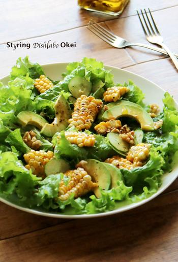 アボカドやレタス、きゅうりのグリーンサラダに、焼きとうもろこしの黄色が映えてとてもキレイ。  テーブルがぱっと華やかになりますね。自家製ワサビ醤油ドレッシングで、もりもり生野菜を食べられる一皿です。