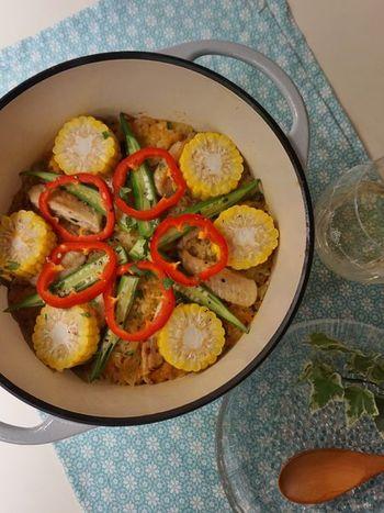 オクラやパプリカ、とうもろこしなどの夏野菜で作るパエリア風ごはん。サフランの代わりに、すりおろしにんじんで色をつけているんです。  夏野菜のカラフルな色合いは、見ただけで元気が出そう。ニガテな野菜もこれならパクパク食べられるかも知れませんね。