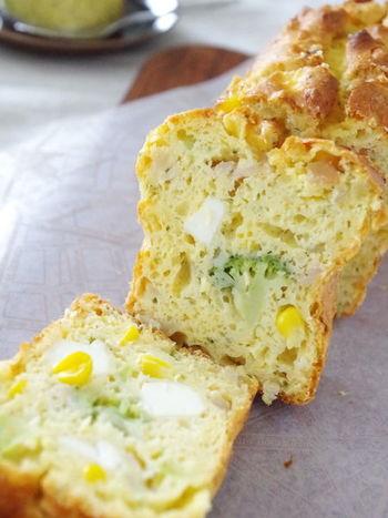 おかず系パウンドケーキ「ケークサレ」にとうもろこしを入れて。  ブロッコリーやチーズも入っているので、腹持ちもよくランチにもおすすめです。前日に焼いて生地を落ち着かせると、しっとりして切りやすくなりますよ。