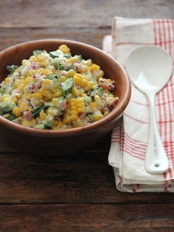 とうもろこしのサイズをベースに他の野菜をカットするチョップドサラダは、たくさん作って家族みんなで食べたいですね。  味付けにヨーグルトを入れると、暑い日でも食べやすい爽やかな風味になりますよ。
