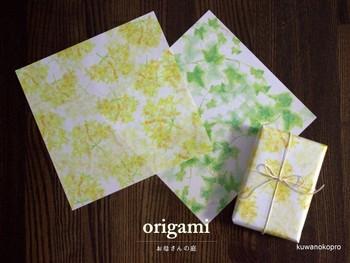 小さなギフトなら、折り紙で包むという方法も!折り紙にもさまざまな柄がありますのでチェックしてみてくださいね。複数の人にプレゼントする時に一つ一つ柄を変えたい、なんて時にもおすすめです。