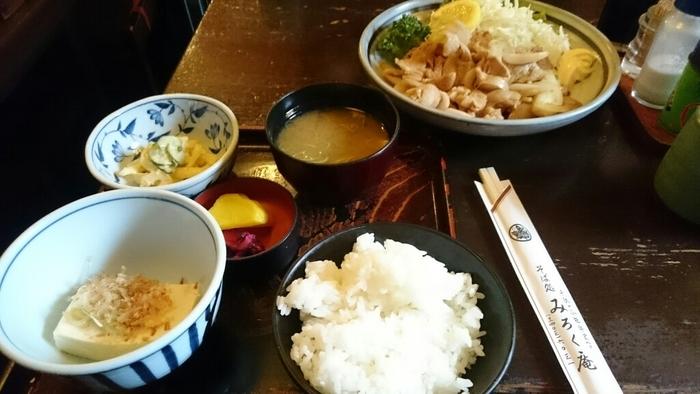 黄色いタクアンとしば漬けがいい味を醸し出しています。こちらは、ボリューム満点の「生姜焼き定食」。
