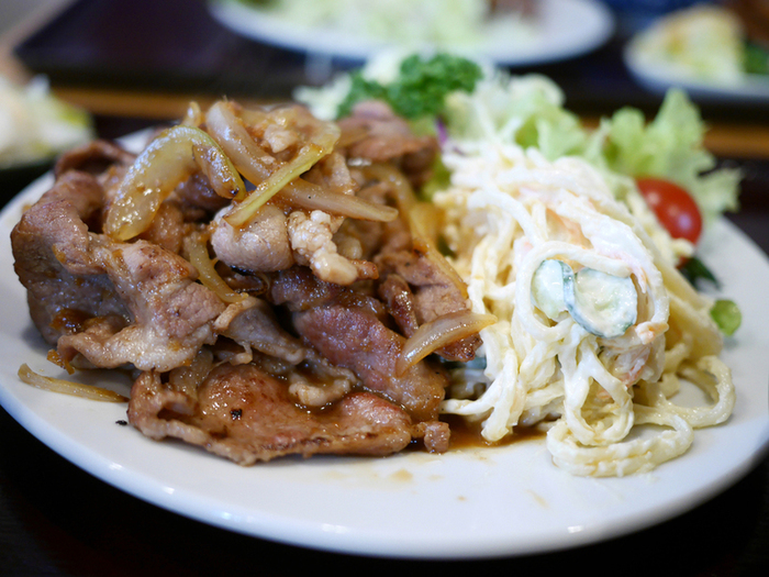 ボリューム満点の「豚生姜焼き定食」は、パスタサラダも山盛り。どのメニューも全部驚くほど美味しいんですよ。