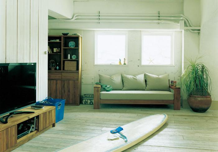 潮騒が聞こえてきそうなカルフォルニアスタイルも、リラックス感が高くておすすめ。白い板壁やヴィンテージ家具、潮風を浴びて風化したような絶妙な色合いや自然素材の質感を活かして作る、海を感じるインテリアです。