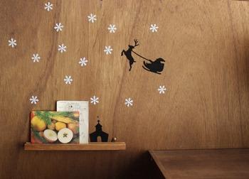 クリスマスを感じさせるステッカーや雪の結晶を壁に飾れば、簡単に可愛らしくクリスマスディスプレイが楽しめます。