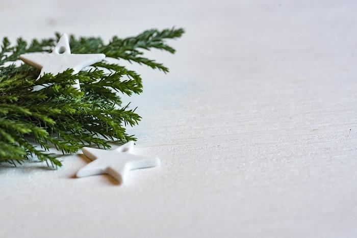 もうすぐクリスマスシーズンの到来♪「今年はどんな飾りつけにしようかな?」と楽しみにしている方も多いのではないでしょうか? クリスマスを満喫するには、やっぱりお部屋のディスプレイが大事ですよね。 そこで今回は、そんなクリスマスムードを一気に盛り上げる、おしゃれなディスプレイ術をご紹介します♪ 定番の「ツリー」をはじめ、「枝もの・流木」を使ったDIY、ナチュラルな「グリーンデコレーション」など。 さっそく、アイディア溢れる素敵なディスプレイを見ていきましょう!