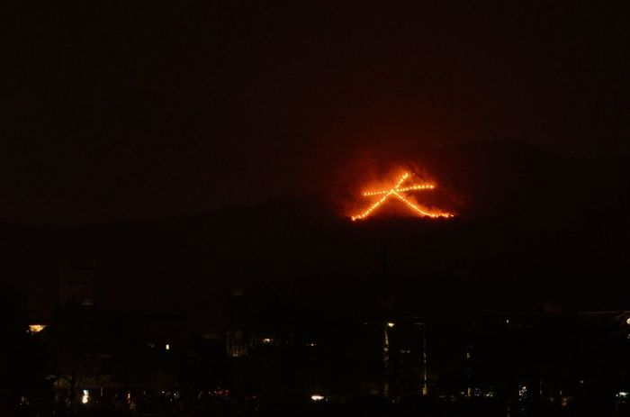 """【""""五山送り火""""の筆頭、大文字山の「右大文字」。鴨川三角デルタからの眺め。】"""