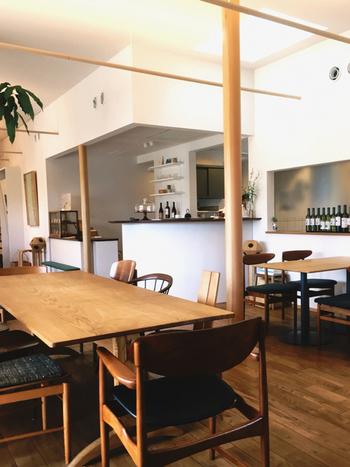 続くカフェ店内も、明るく広々としており、ナチュラルなインテリアがとってもお洒落な雰囲気!「くるみの木」に比べ、少し北欧らしいモダンな印象です。