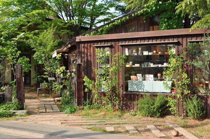 まず、開店は1984年と古く、カフェ好きの方には既にご存知の方も多い、「くるみの木」。こちらは自然派カフェとしてのジャンルのパイオニアとも言える全国的に有名なカフェです。