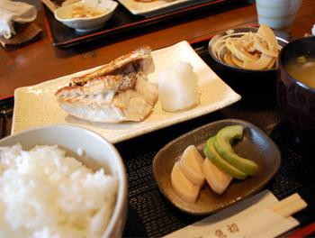 ふっくら焼きあがった「真鯛の塩焼き」。漬物や小鉢も全部おいしいんです。