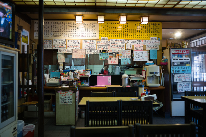写真は石川県にある定食屋さん。旅先で出会う定食屋さんは、地方色豊かで、飾らない郷土の味わいが生きています。