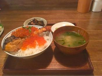 小鉢、漬物、お味噌汁がついた「焼鮭イクラ丼」。北海の幸を堪能しましょう。