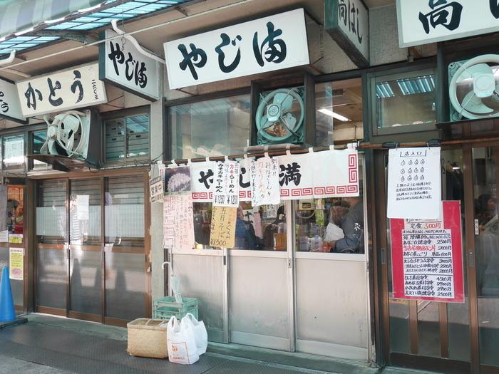 市場のそばにも、美味しくて安い定食屋さんがあります! こちらは築地市場にある人気店「やじ満」。築地ですが、あえて中華で勝負。営業時間は、朝の早い市場にあわせて4:30~13:00まで。狭い店内は常に賑わっています。