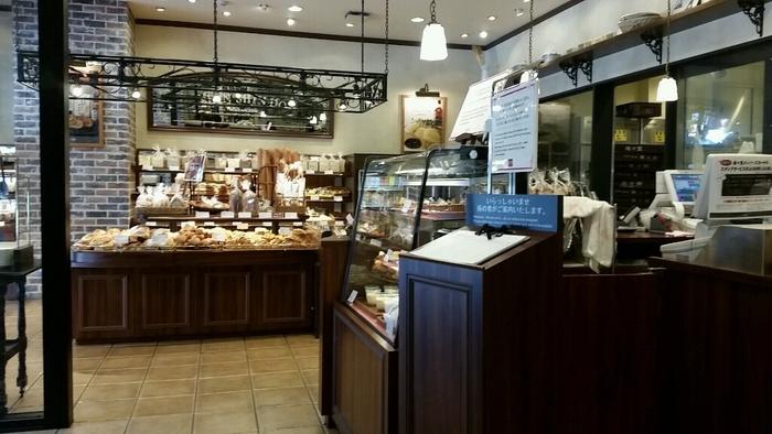 「三条河原町店」は、レストラン、イートイン、ショップが入り、朝から夜まで、用途に応じて活用できる便利な店です。 【画像は、種類豊富に並べられたショップコーナー。】