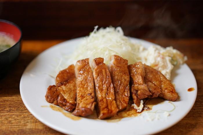 分厚い豚肉をソテーしてタレをからめた「豚の生姜焼き定食」。おなかの具合に合わせて、「メンチカツ」や「肉豆腐」などの小鉢を追加しましょう。