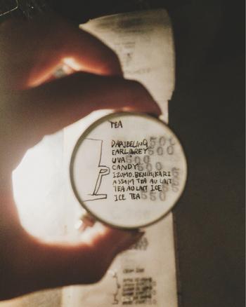 虫眼鏡を使って見る「メニュー」もアートしています!