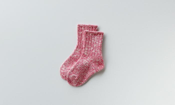 数本のカラー綿糸を組み合わせた靴下は表情豊かなだけでなく、吸水性にも優れています。ピンクミックスはかわいらしく、アクセントにもなりますね。