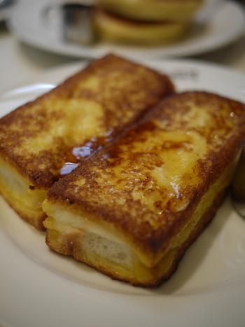 遠方から訪れる方々の多くが注文するのは、名物の「フレンチトースト」。  しっかり焼かれた厚いフレンチトーストは、中ふんわり。一口頬張れば、パンと玉子液の芳醇な旨味と香りが口いっぱいに広がります。甘さ控え目でパンの食感もしっかりと味わえるフレンチトーストです。