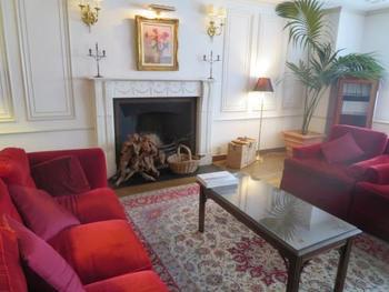 館内に一歩足を踏み入れると、英国調で統一された格式高いロビーが。選び抜かれたセンスの光る家具が配置され、非日常の世界が始まります。