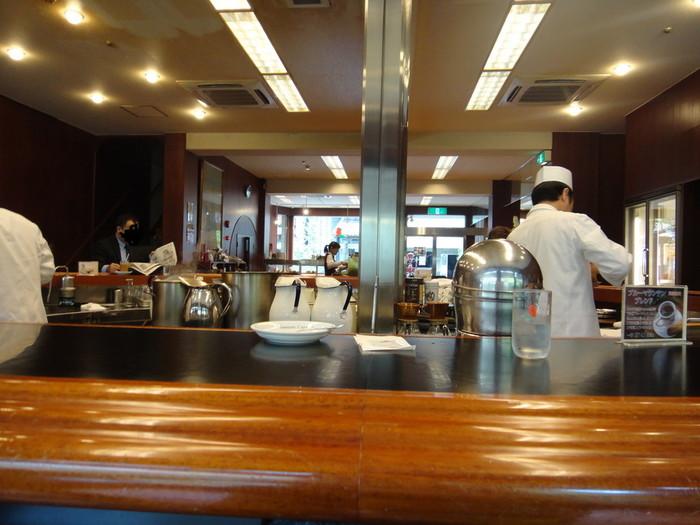 三条店の魅力は、店内奥にある円形のカウンター席。席数は15程で、円卓の内側では、熟練の店員がコーヒーを淹れ、テキパキと軽食を作っています。その手際を眺めるのも楽しいものです。
