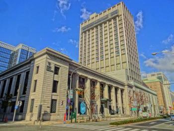 神戸開港の2年後、1870年に日本最古のホテルとして開業し、約150年もの歴史がある老舗ホテル。美しい石造りや洋館建築など開港当時の面影を残す気品ある旧居留地に建っています。