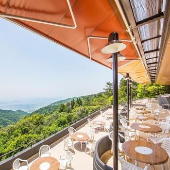 6階にはフレンチ、日本料理のレストランとラウンジがあり、ホテル正面にはバーベキューハウスがあります。写真はバーベキューハウス。黒毛和牛や神戸ビーフ、シーフードなど、美しい夜景を眼下に見下ろしながら食事ができます。7、8月の夏季限定でテラス席もオープン。