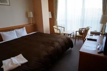 客室は清潔感がありシンプルでスッキリとした内装。山の上のホテルならではの小鳥のさえずりや澄んだ空気が楽しめ、気持ちよく朝を迎えることができそう。