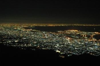 ホテルから見える夜景は圧巻の美しさ。徒歩10分の所にある展望台「掬星台」への散歩もおすすめです。まるで宝石箱をひっくり返したような煌きが。また、ホテルには宿泊者のみ利用可能な天然水の野外ジャグジーがあり、日本三大夜景に数えられる絶景を見ながら湯につかれます。