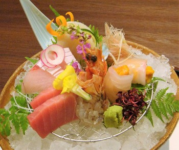 食事は四季折々の神戸の山の幸、海の幸を使った五感に響く会席膳。食材にこだわった職人の技が織りなすお料理をレストランでゆったりと楽しんで。