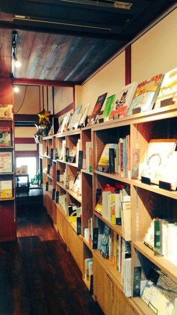 ふたば書房が展開する絵本カフェ「Mebae(めばえ)」は、京町家を改装した店内に「大人の方にこそ絵本を読んでもらいたい」と、1000冊以上の絵本がディスプレーされています。絵本専門士の洞本社長がカテゴリ別に並べる絵本は、大人でも心惹かれるものばかりです。手に取って読むことも出来ますし、気に入ったものは購入も可能です。2016年9月オープン。