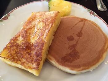 ホテルのこだわりの朝食。特にフレンチトーストが有名です。ルームサービスでゆったりと楽しむこともできますよ。バルコニーで頂くのも素敵ですね。
