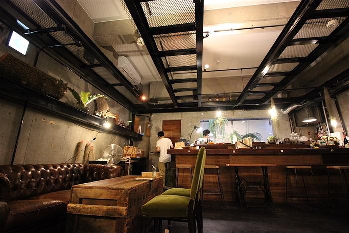 コンクリートの壁にブラックフレームといった男前な空間に、アンティークな家具がしっくりとくる落着いた空間で、昼飲みも出来てしまいます。苦みが利いていて香り高い京都町家ビール「かるおす」と、トリュフ風味のポテトチップスなどお酒が進みそうです。