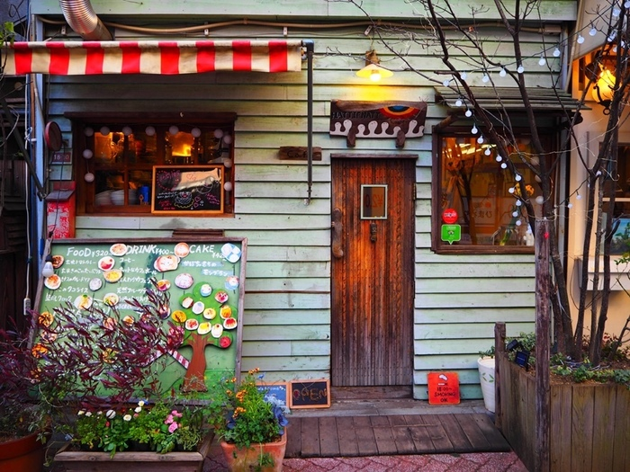 吉祥寺にもある、絵本のような世界観が可愛いカフェの高円寺店。外観もメルヘンで胸が高鳴ります。