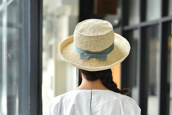 キットのカラーはベージュとブラウンの2タイプ。お好きなリボンを完成した帽子に巻いて、手作りのカンカン帽子をかぶってお出かけしてみませんか♪