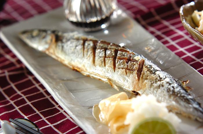 焼き魚は左側に頭を置くのが基本。長皿を使って、頭を手前に置いて斜めに盛り付けると器とのバランスも良くなります。さらに、大根おろしやレモンなどを余白に添えると◎