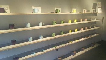 2Fは京都で培われた伝統的な「技」に触れるショップ。 京の四季から名付けた「はななり紅枝垂」「加茂の浅水」などの色彩をテーマに、器や扇子、一筆箋などのオリジナルプロダクツを扱っています。 こちらのマグカップは、1階のカフェでも使われ、使い心地が良いと評判です。