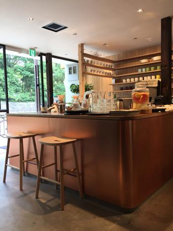 2016年12月にオープンした「タイム堂」は、伝統ある京の技と心を現代の暮らしに活かした商品展開とカフェを運営しています。築100年以上の町家をモダンにリノベーションしたお洒落な空間。 1階は京都で採れた「食」を味わうカフェです。