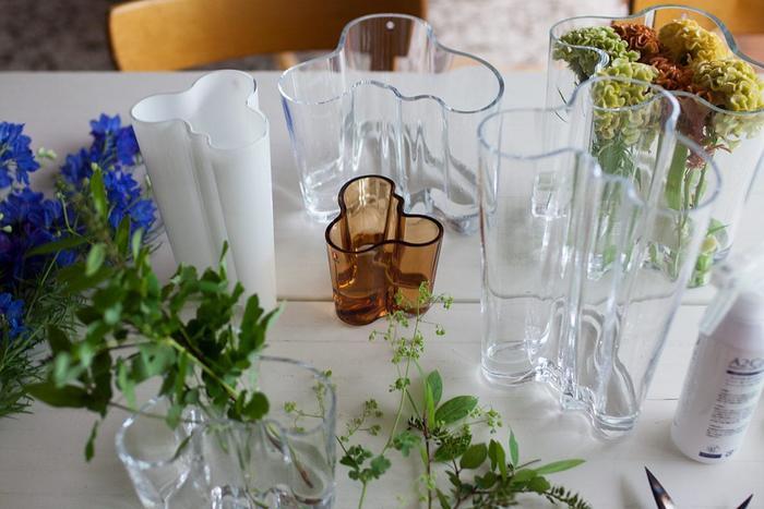 ユニークな曲線を描くフォルムが特徴のこの花瓶は、フィンランドを代表する建築家「アルヴァ・アールト」のデザイン。飛び出した曲線によりお花の方向を自由にレイアウトすることができます。
