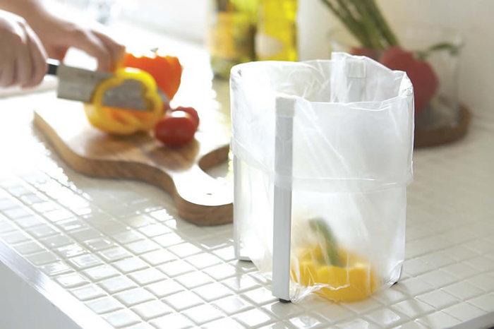 ゴミ箱なのに箱部分がないユニークなタイプ。支柱にビニール袋を被せて使うから後始末も簡単で、シンプルなキッチンにぴったりですね。ささっと使いたいキッチン用ゴミ箱は使いやすさ重視のこんなアイディア商品もおすすめ。