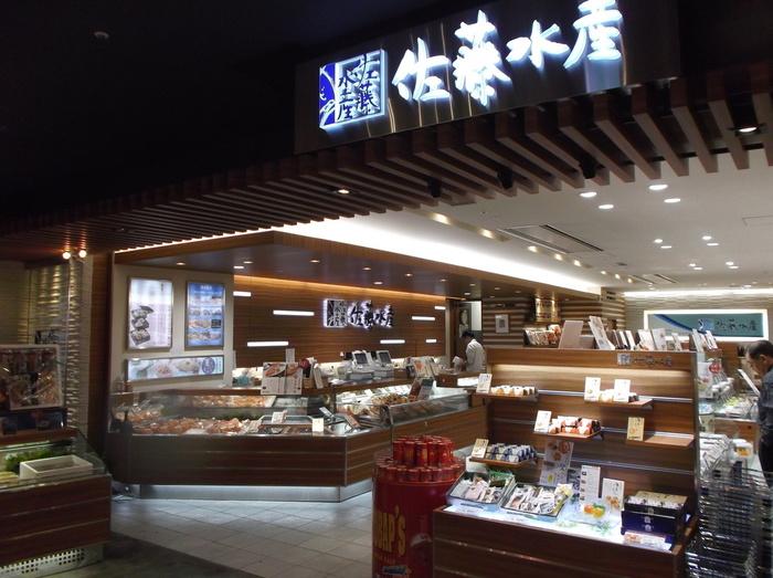 空港内で売られている弁当、「空弁」も人気がある『佐藤水産』。新千歳空港店では、海産物や海産物の加工品も多数売られています。取り扱う商品すべて、クオリティが高いという評判です。