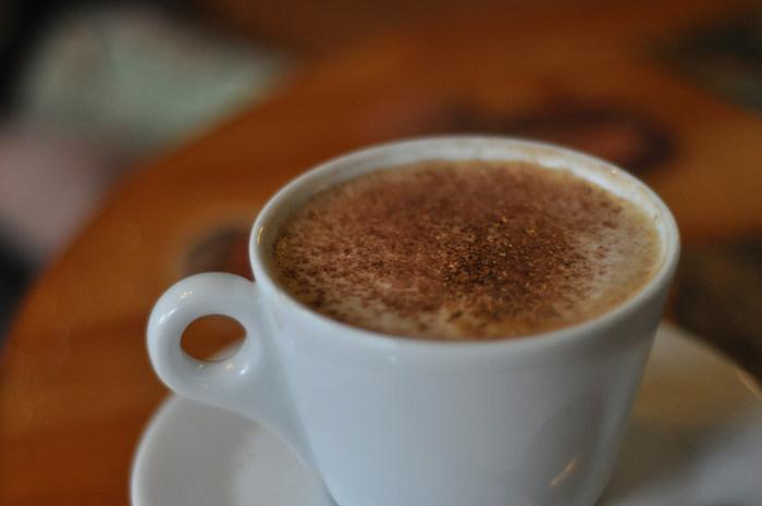 お湯を注ぐだけのインスタントもお手軽ですが、部屋に漂う香りを楽しみながらハンドドリップでコーヒーを淹れてみませんか?自分で丁寧に淹れたコーヒーは格別ですよ。