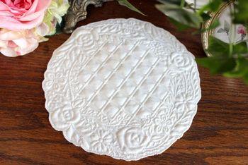 丸いお花モチーフのブティ。小さなお皿やプレートにもよく合いそう。