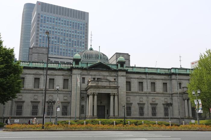 写真は淀屋橋駅を出てすぐにある「日本銀行大阪支店」。ベルギー国立銀行をモデルに建てられたのだそう。高さを抑えた設計がゆったりとしていて、贅沢な雰囲気。周囲の高層ビルとも不思議と上手く調和しています。