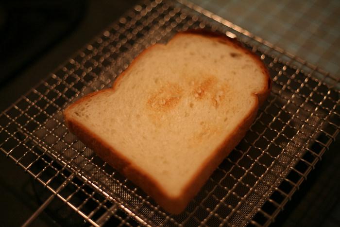 トースター以外にも、外はカリッと中はモチッとした最高の状態に焼き上がる焼き網を使うのもおすすめです。短い時間で焼けて食パンの水分を逃しません。