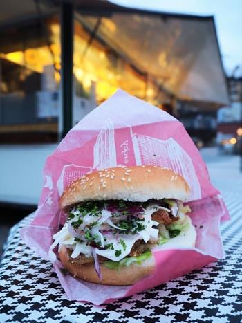 スウェーデンでよく食べられているニシンのフライバーガーがとても有名です。屋台なので室内で食べることはできないのですが外にはベンチとテーブルがあり、そこで頂きます。観光のガムラスタンからも近く、ランチにお勧めです。