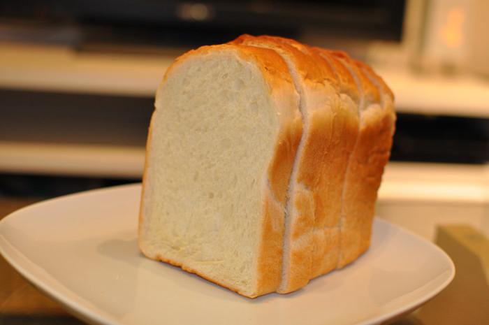 パンを美味しく焼くには、霧吹きで水を吹きかけるのがポイント。水を吹きかけることで、外はサクッと中はふんわりソフトな焼き上がりに。水ではなく麦茶でもOK。麦茶にすると香ばしくなるそう。さらに、食パンの上の部分を手前にして焼くと綺麗に焼けますよ。